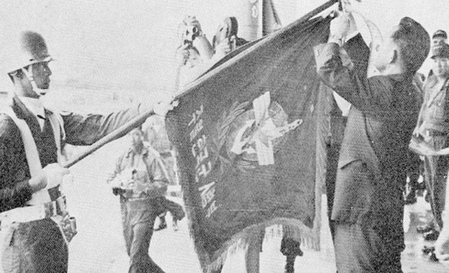 주월 한국군사령부의 부대기에 수치(繡幟)를 달아주는 박정희 대통령