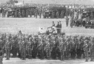 여의도관장에서 거행된 맹호부대 환송식에서 부대를 사열하는 박정희 대통령과 채명신 사령관(1965.10.12)